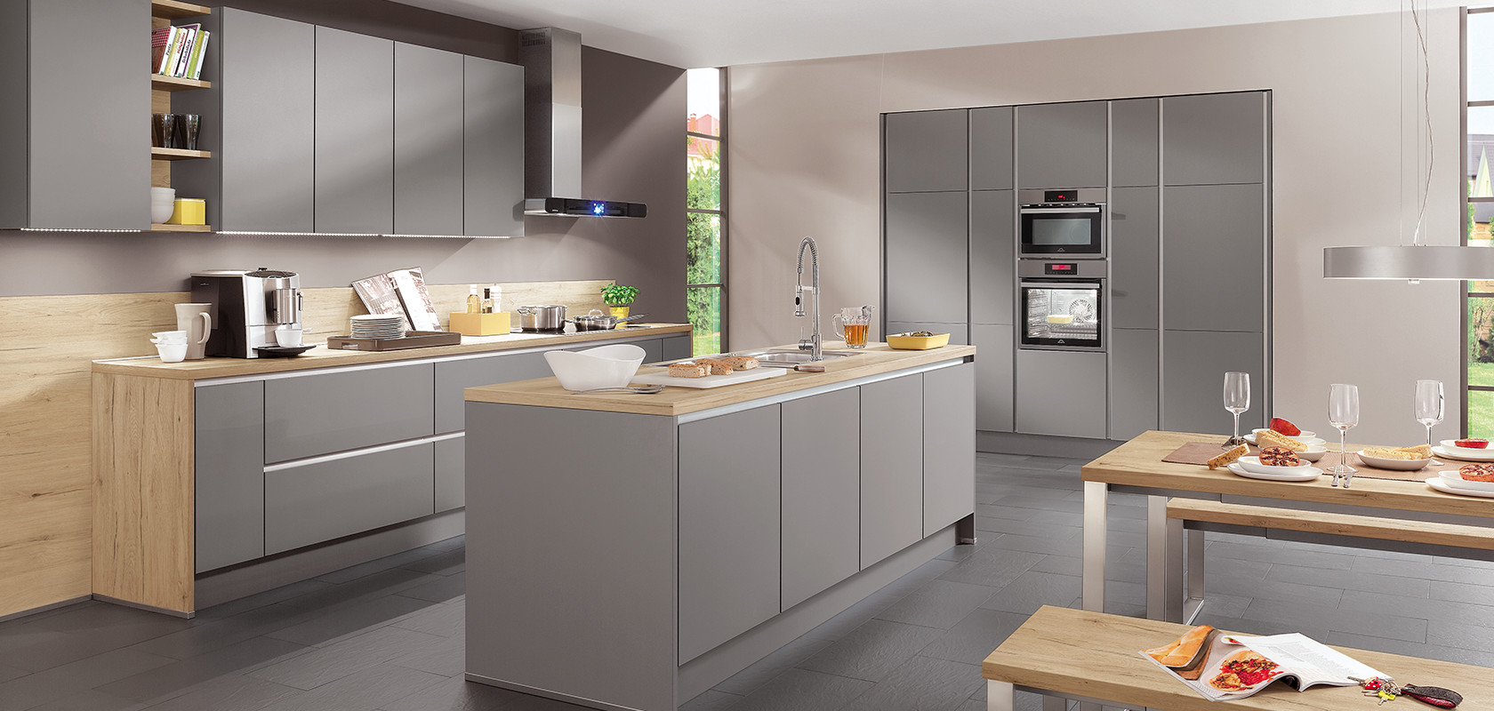 The range of fronts and units of the handleless LINE N kitchen system is notable for its great diversity. The selection encompasses a total of 37 modern fronts of high-quality workmanship and roughly 500 different kinds of units. The planned end of run for LINE N kitchens can be designed in a variety of ways using end upright panels or front uprights. With large door sizes, e.g. fridge/freezer combinations, it is recommended that the recessed handle direction run vertically – as in this tall unit combination – for ergonomic reasons.